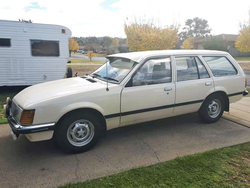 holden commodore 761205 001