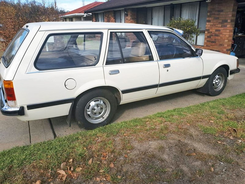 holden commodore 761205 002
