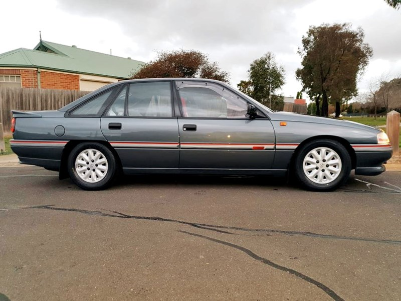 holden commodore 787849 001