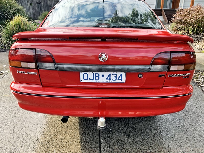 holden commodore 806348 010