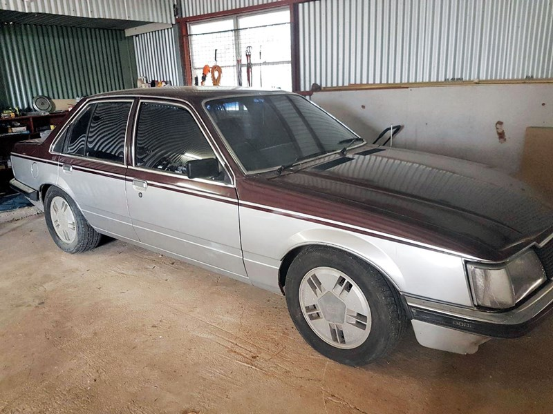 holden commodore 810473 001