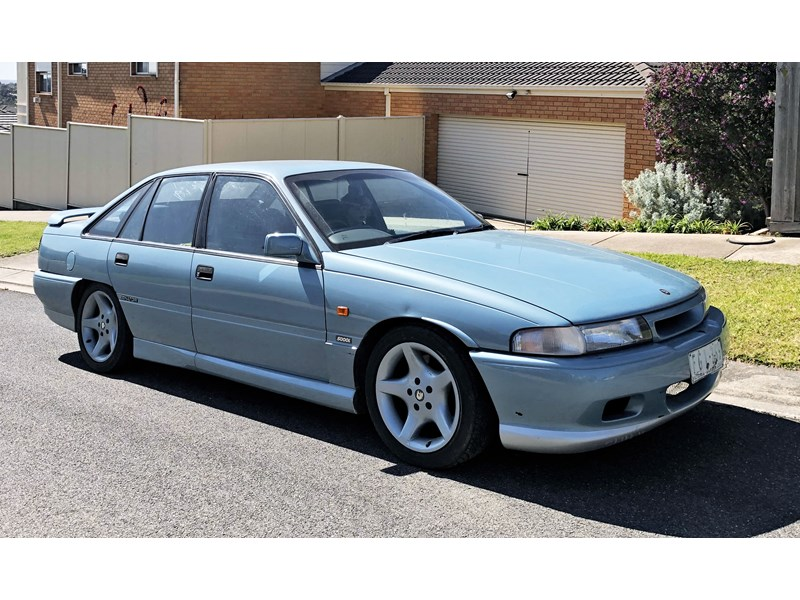 holden commodore 810470 002