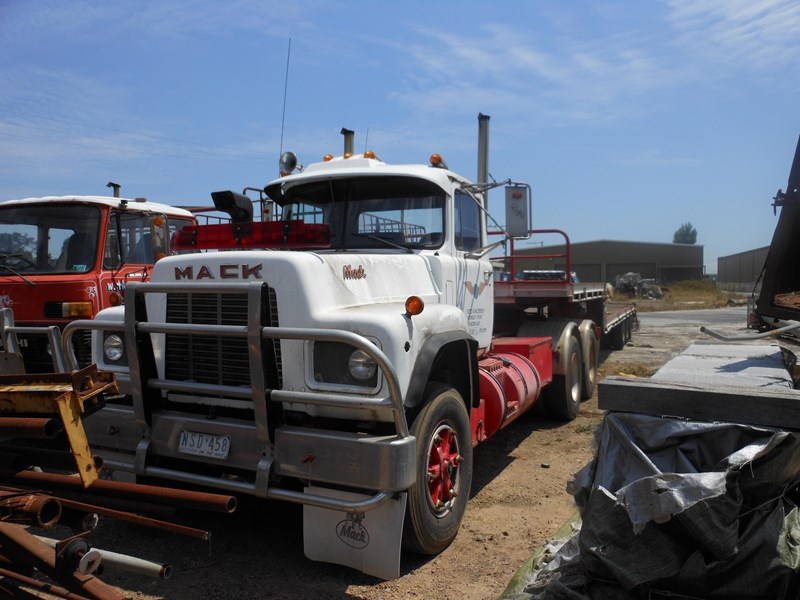 mack truck wrecking 39121 001