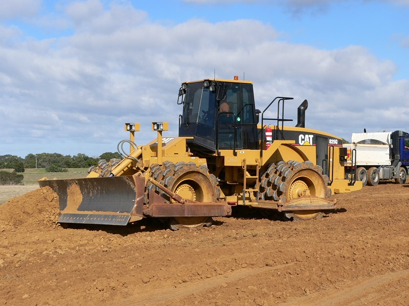 caterpillar 825g (rent me  or buy me) 105229 005