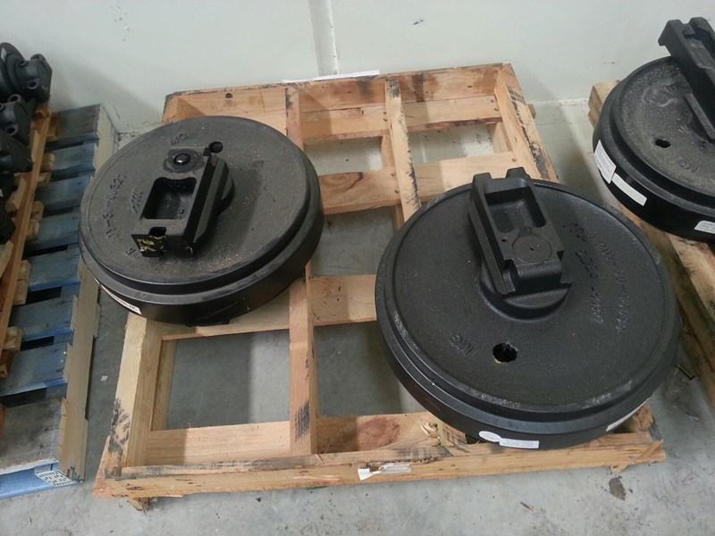komatsu komatsu idler group with brackets to suit pc158 up to pc240. 20y-30-08070 161905 003