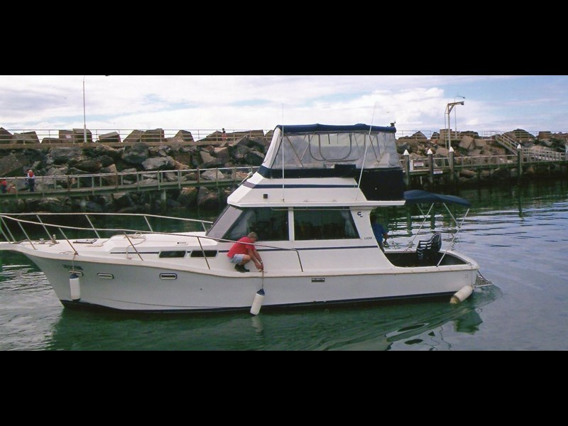 other flybridge cruiser 327335 001