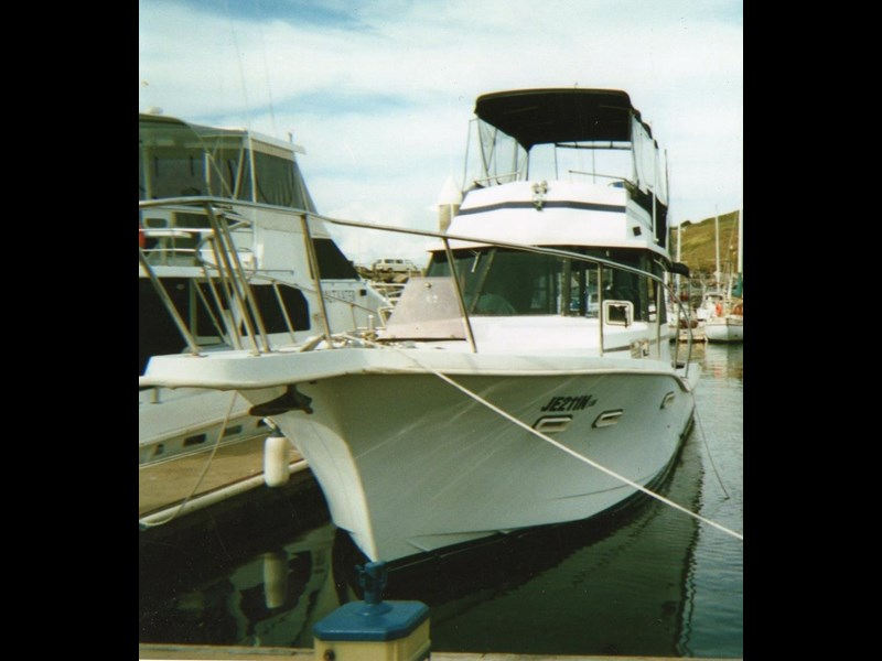 other flybridge cruiser 327335 003