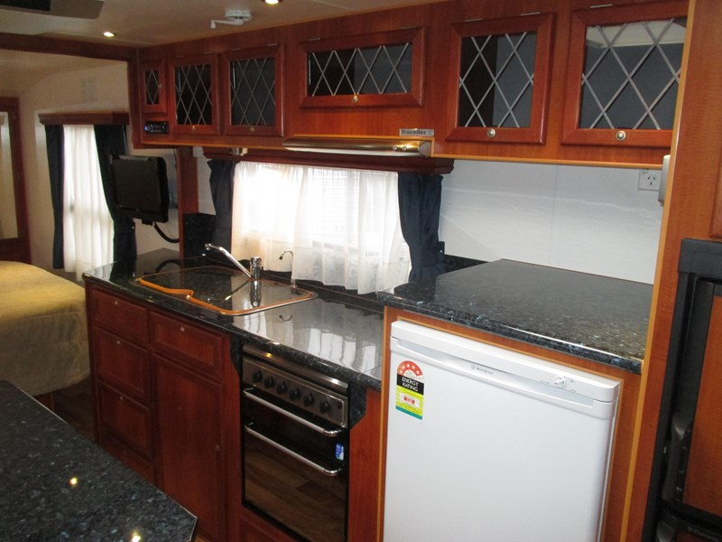 traveller penthouse semi off road 24'..full ensuite 408943 011