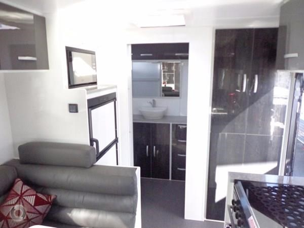 leader caravans palladium 22'6 ensuite east west bed club lounge 427725 011