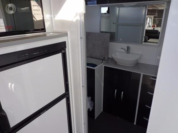 leader caravans palladium 22'6 ensuite east west bed club lounge 427725 023