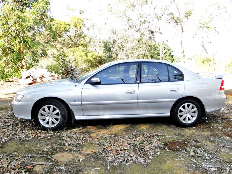 holden commodore 540430 003