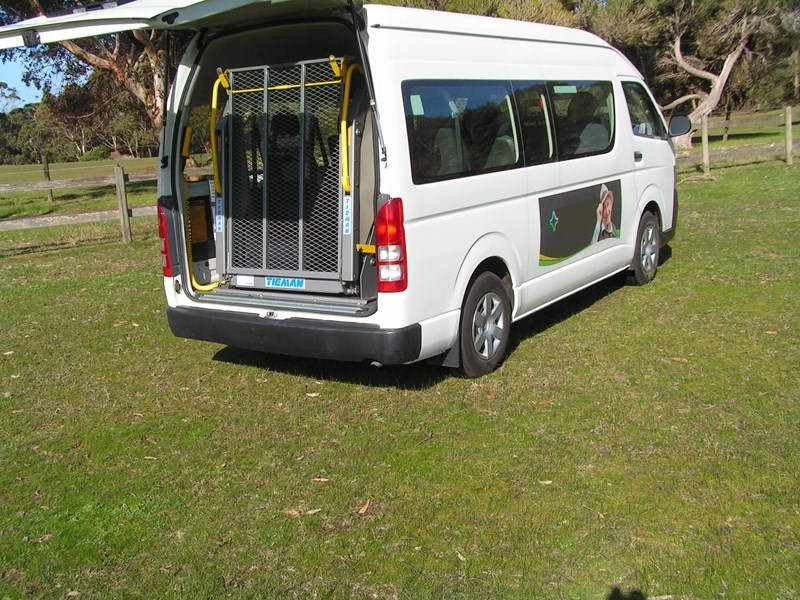 toyota hiace (only 26,500 k's), wheelchair, turbo diesel automatic, high roof mini bus. 622189 009