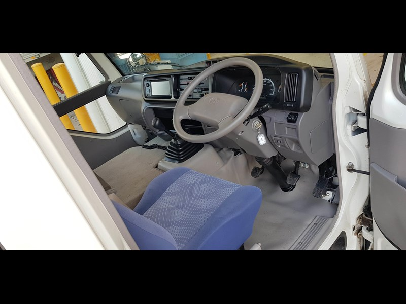 toyota coaster bus 623952 013