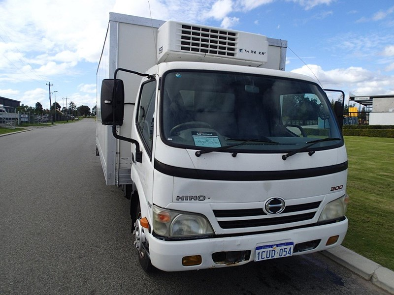 hino 300 series - 613 wide cab 624040 009