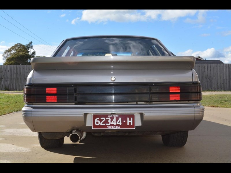 holden commodore 646425 015