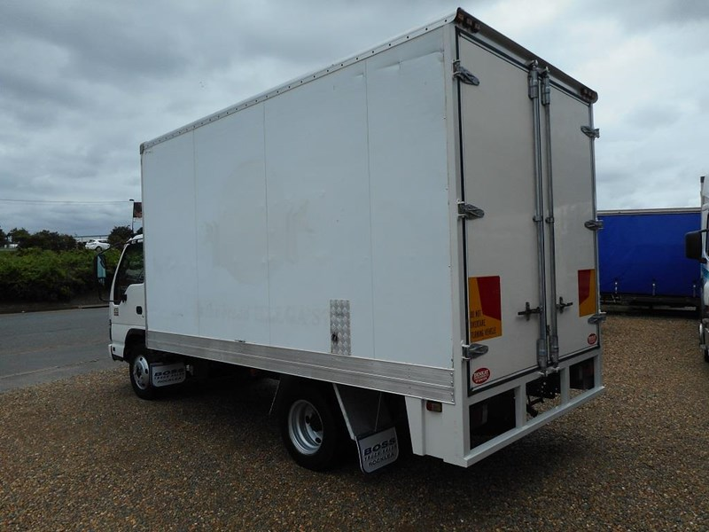 isuzu npr2000 medium 646873 005