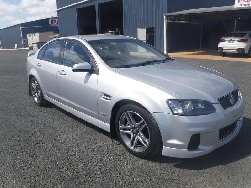 holden commodore 675022 001