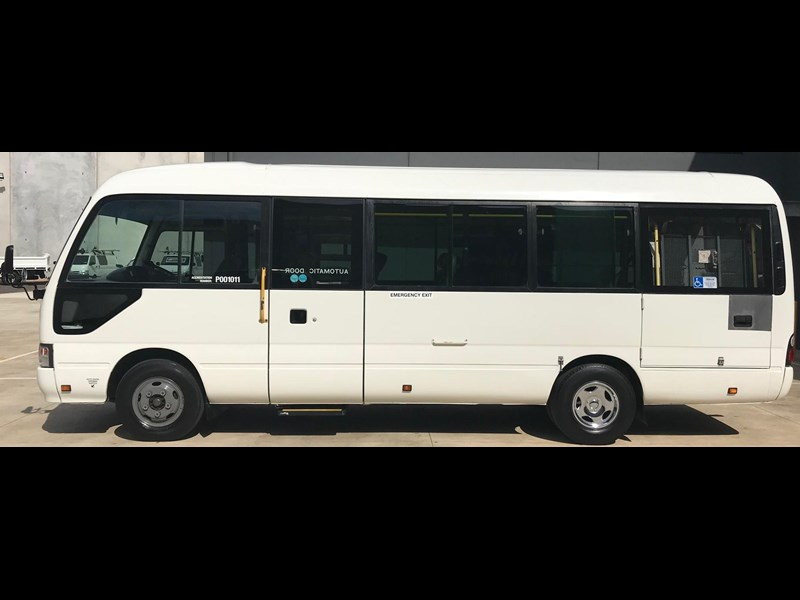 toyota coaster bus 675299 005