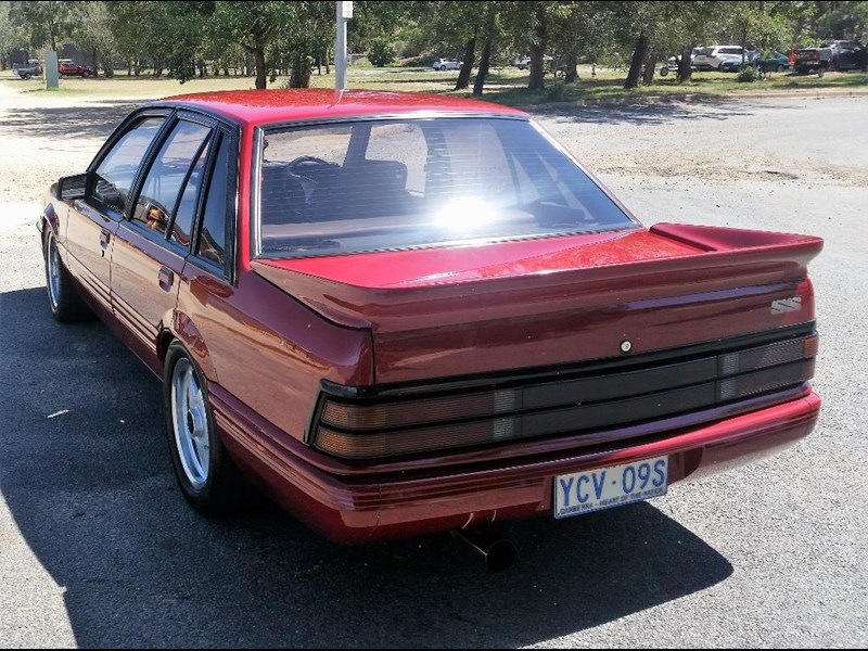 holden commodore 679685 011