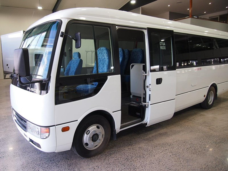 fuso rosa deluxe 25 seats 686670 011