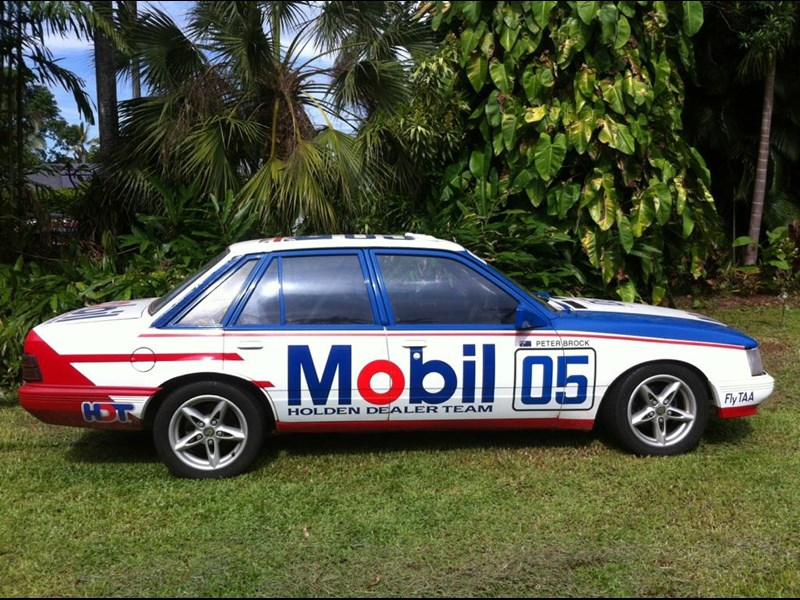 holden commodore 692747 003