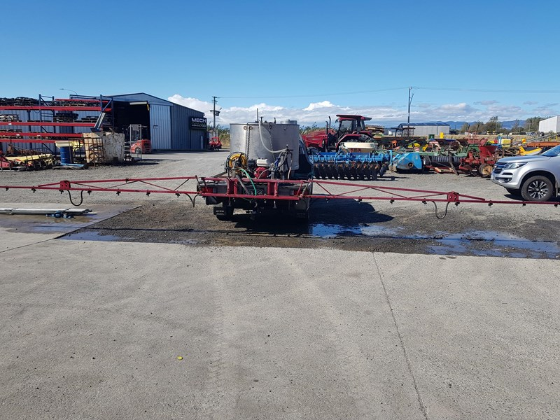 unknown 1000l ute deck mounted sprayer 554538 009