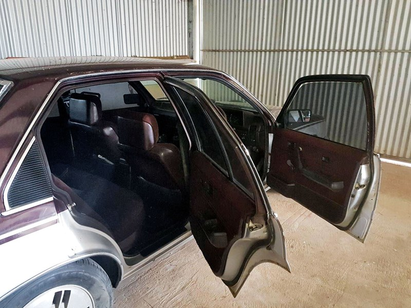 holden commodore 810473 003
