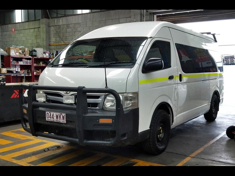 toyota awd conversion of hiace commuter 800907 001