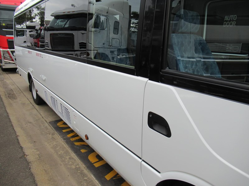 fuso rosa deluxe 25 seats 829132 011