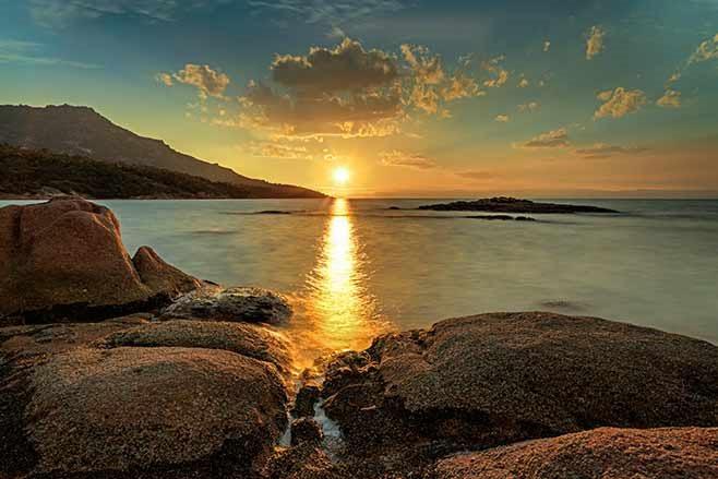 Honeymoon-Bay,-Freycinet-sunset