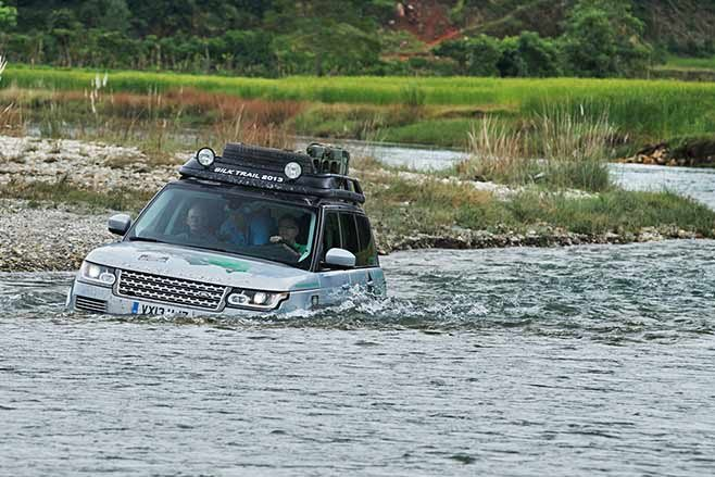 Range-Rover-Hybrid---India-to-Nepal-drive-fording