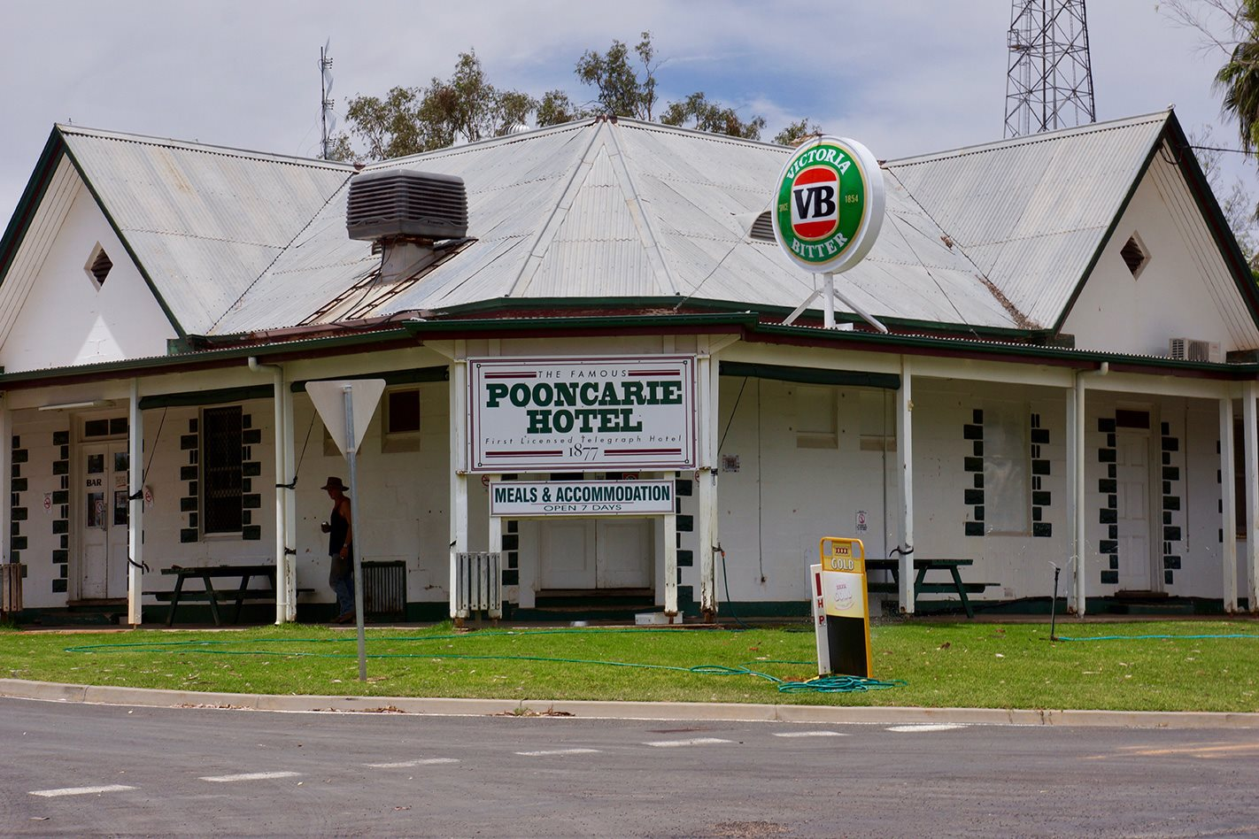Pooncarie pub Darling River NSW.jpg