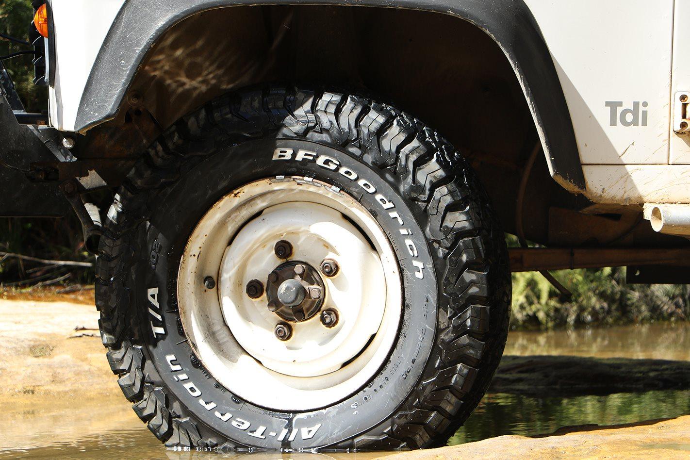 Land-Rover-Defender-300TDI-watercrossing.jpg