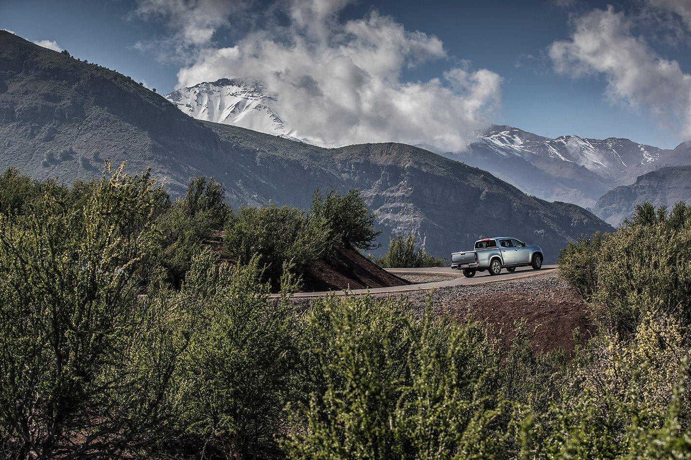 2018-Mercees-Benz-X-Class-outdoors.jpg