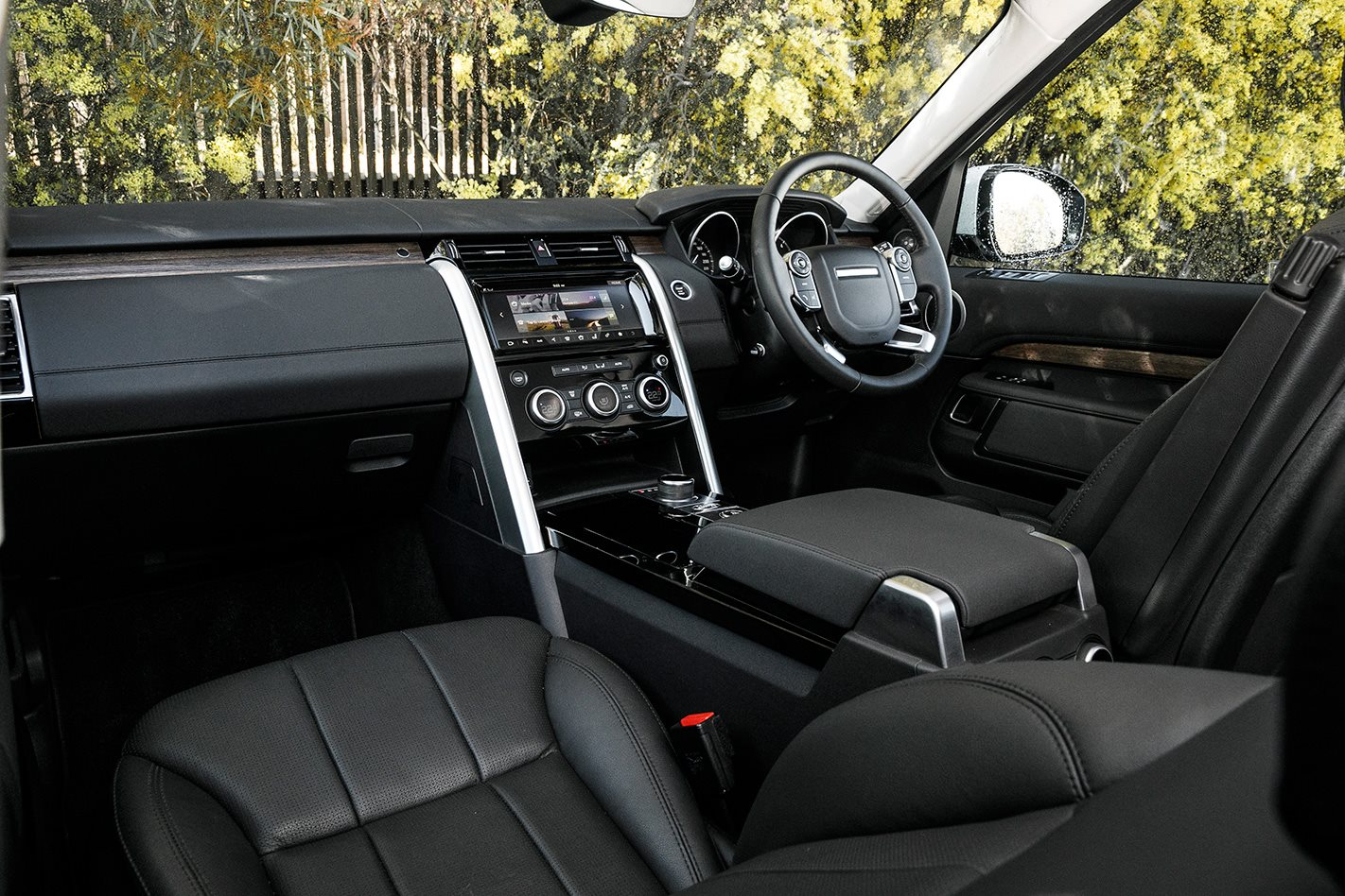 2017 Land Rover Discovery cabin.jpg