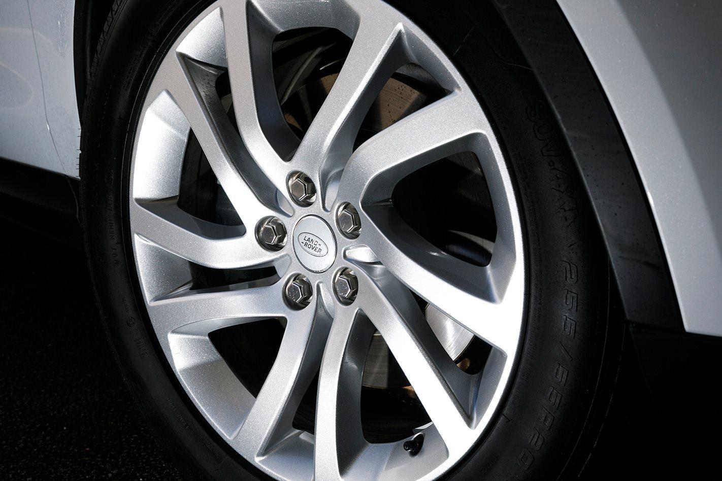 2017 Land Rover Discovery wheel.jpg