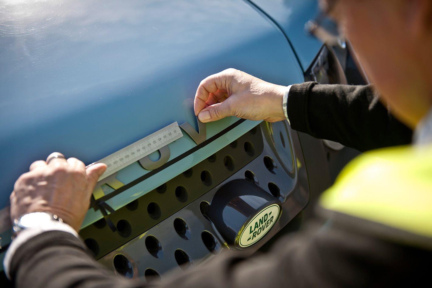 Land-Rover-Defender-Concept-front-badge.jpg