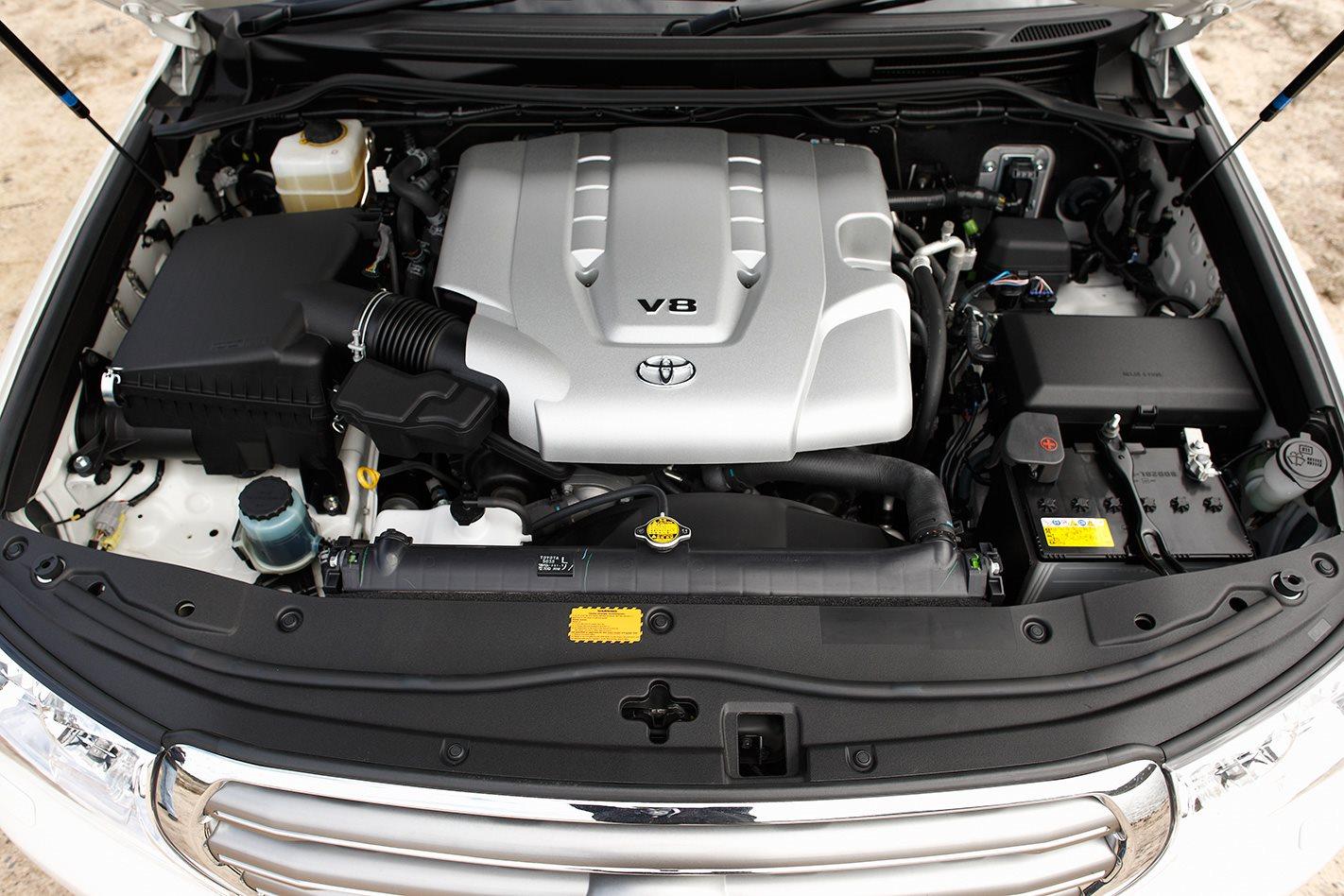 2011 Toyota LandCruiser 200 Series engine.jpg
