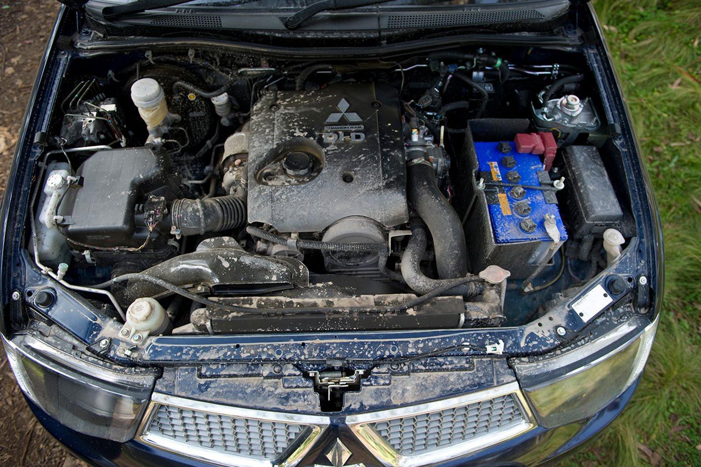 2011-Mitsubishi-Triton-engine.jpg