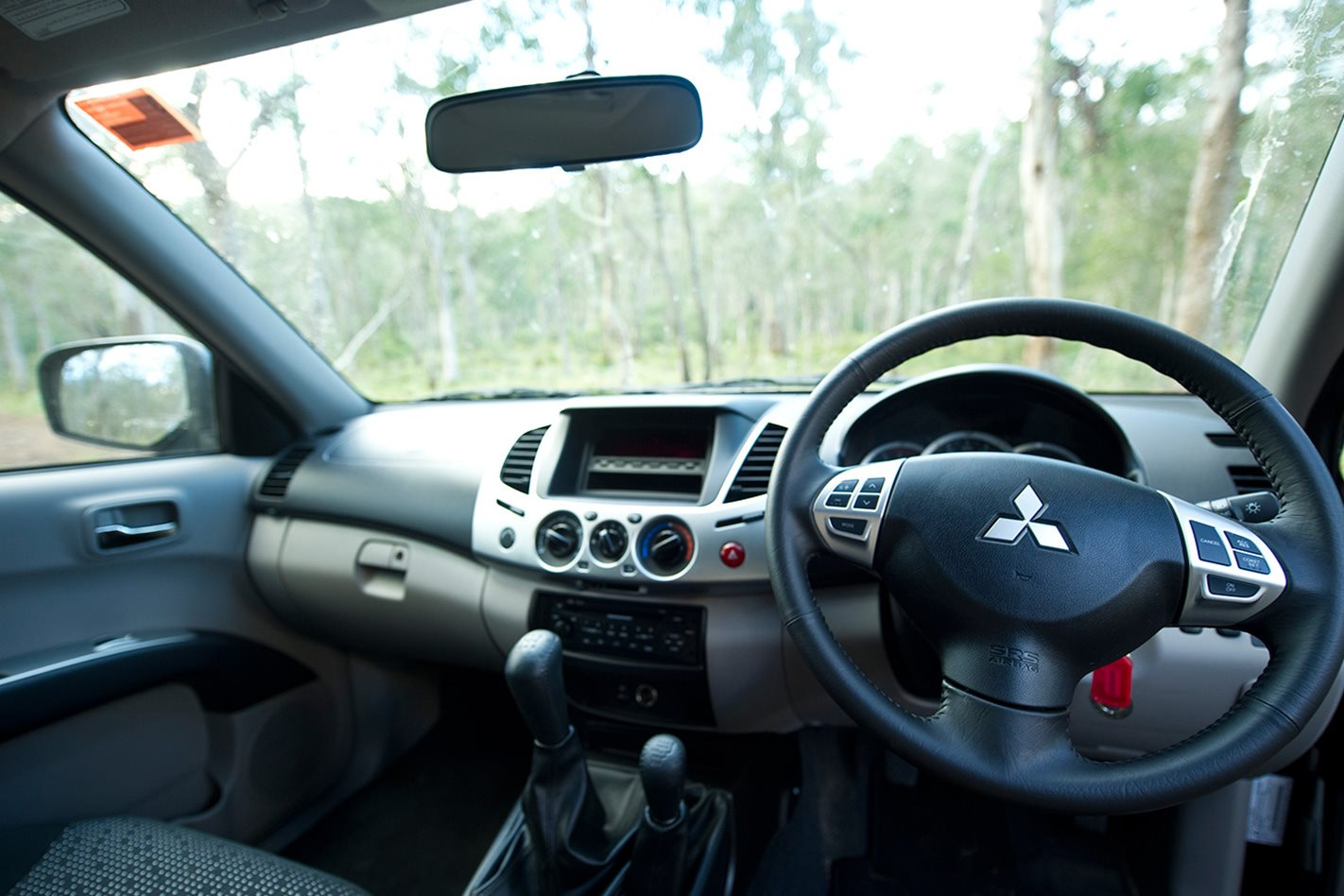 2011-Mitsubishi-Triton-steering-wheel.jpg