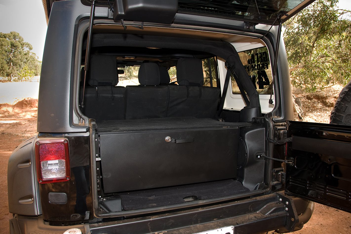 Opposite-Lock-equipped-Jeep-Rubicon-boot.jpg