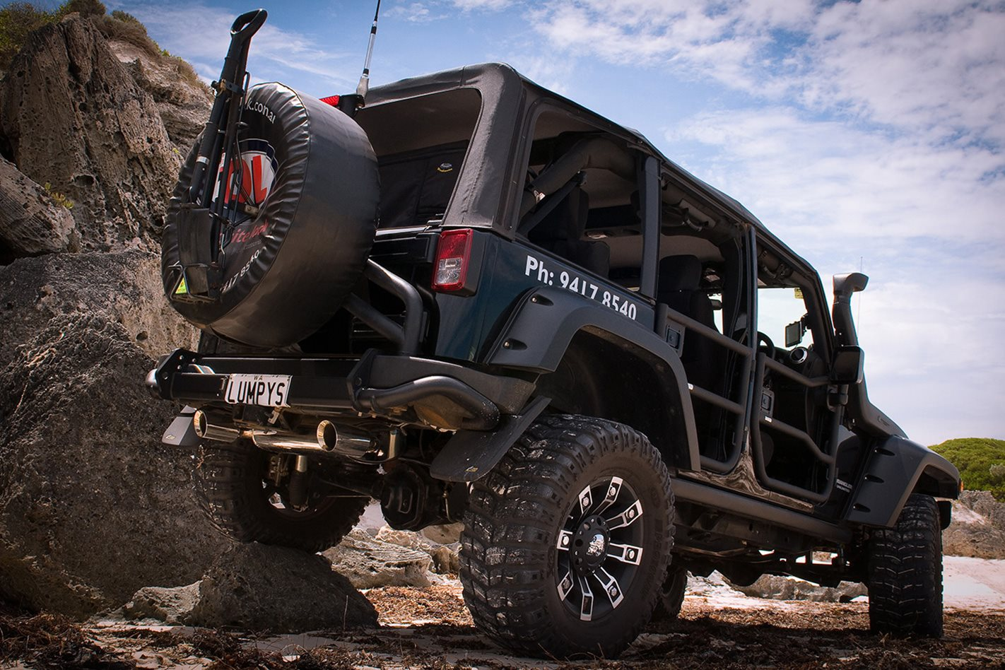 Opposite-Lock-equipped-Jeep-Rubicon-rear.jpg