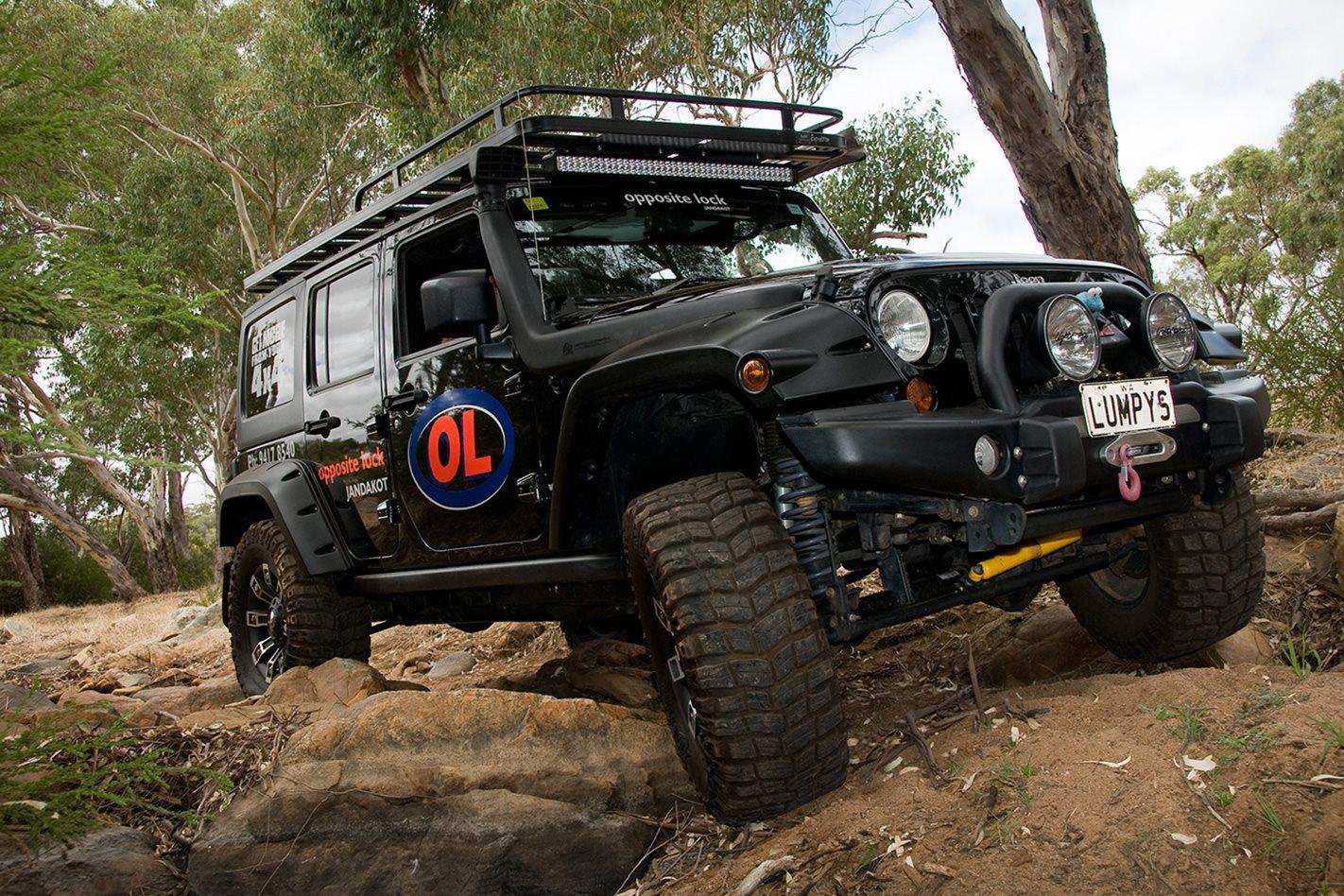 Opposite-Lock-equipped-Jeep-Rubicon-wheel-axles.jpg