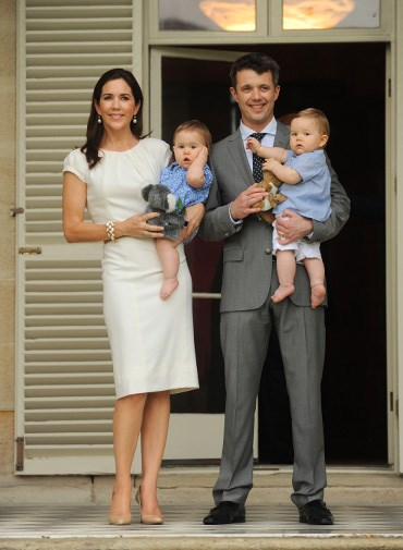 Mary and Frederik introduce their twins to Australia in November 2011.