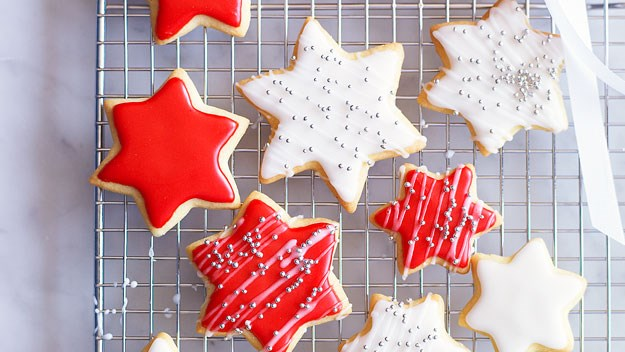 "**[Decorated christmas cookies](https://www.womensweeklyfood.com.au/recipes/decorated-christmas-cookies-11515|target=""_blank"")** These simple decorated Christmas cookies are the perfect way to get little ones involved with Christmas dinner, and also make an ideal edible Christmas gift."