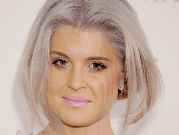 Kelly Osbourne's face was yellow-tinged in January 2012.