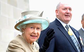 General Cosgrove with the Queen at the Australian War Memorial in 2011