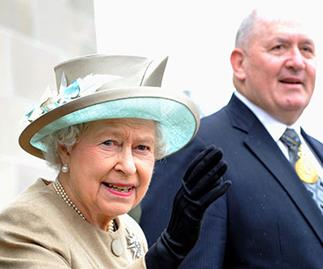 General Cosgrove with the Queen at the Australian War Memorial in 2011