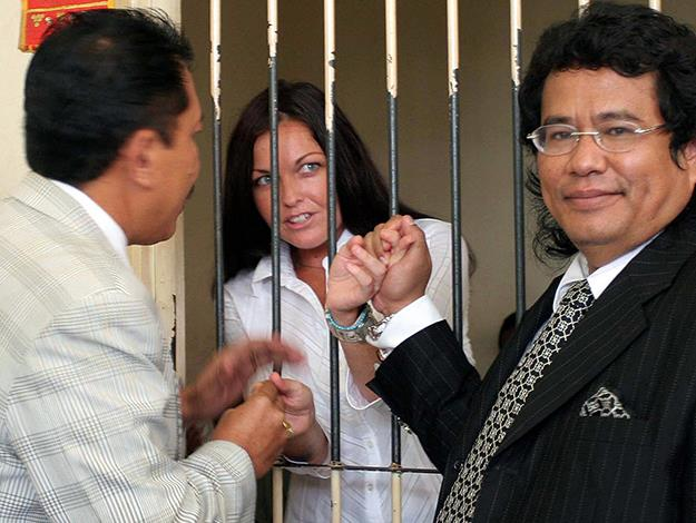 Schapelle speaks with her lawyers before her trial which was reopened in July 2005. Photo: AFP/Getty Images
