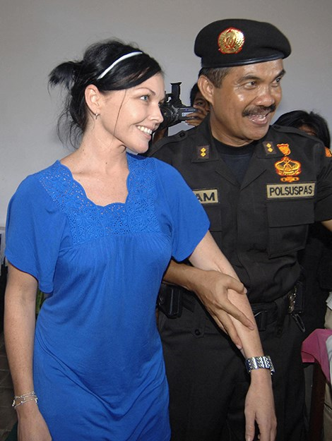 The Chief of Kerobokan Prison Ilham Jaya speaks with Schapelle during a press visit. Photo: AFP/Getty Images